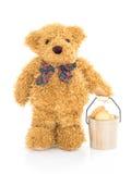 Hink för kaka för nallebjörn hållande arkivbild