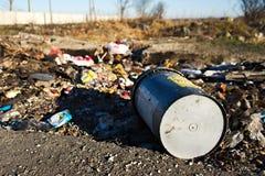 Hink i en nedgrävning av sopor Arkivfoton