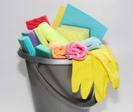 Hink med hjälpmedel för att göra ren en lägenhet eller ett kontor Inget i fotoet royaltyfria foton