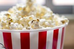 Hink med popcorn arkivfoton