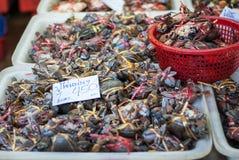 Hinkar av krabban i en marknad i Thailand Arkivbild