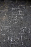 Hinkelspelsspel op asfalt Stock Foto