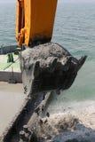 hinkgrävskopan fyller på vatten Royaltyfria Foton