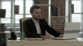 Hinreißend Geschäftsmann im Horror, der betrachtet stock video footage