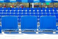 Hinter blauem Stuhl im Tennisplatz Stockfotografie