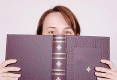 Hinter dem Buch Lizenzfreies Stockfoto