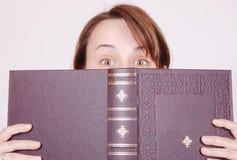 Hinter dem Buch Stockbilder