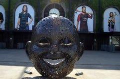 Hinter dem Lächeln äußeren JELD-WEN Feld: Gegenüberstellen der Menge Stockbilder