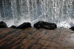 Hinter dem Wasserfall lizenzfreie stockfotos