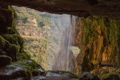 Hinter dem Wasserfall Lizenzfreies Stockbild