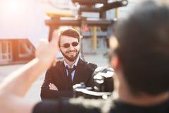 Hinter der Szene des bärtigen Geschäftsmannes des Hippies stockfotos