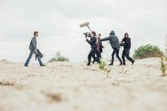 Hinter der Szene Filmteamschmierfilmbildungs-Filmszene im Freien stockfoto