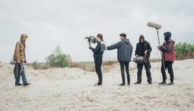 Hinter der Szene Filmteamschmierfilmbildungs-Filmszene im Freien lizenzfreie stockbilder