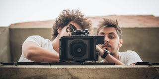 Hinter der Szene Kameramann- und Assistenzschießenfilm mit Nocken stockfotografie