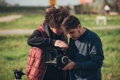 Hinter der Szene Kameramann- und Assistenzschießenfilm mit Nocken stockbild