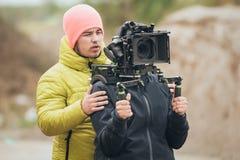 Hinter der Szene Kameramann- und Assistenzschießenfilm mit Nocken stockfotos
