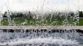 Hinter einem Mann gemacht Wasserfall im stopaction Lizenzfreie Stockfotografie
