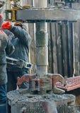 Hinter einem Rohr für Erdölgewinnung Stockbild