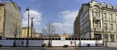Hinter einem Zaun ein Abzugsgraben für das neue moderne Haus Lizenzfreie Stockbilder