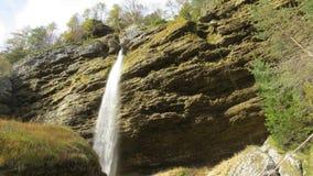Hinter erstaunlichem Wasserfall in den Slowenischen Alpen Lizenzfreies Stockbild