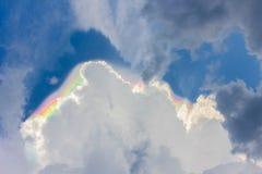 Hinter jeder Dunkelheit ist Wolke ein Regenbogen! Lizenzfreies Stockbild