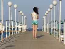 Hinter Mädchen auf Pier Lizenzfreie Stockbilder