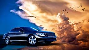 Hinter-Sideansicht eines Luxusautos auf Sonnenuntergang Lizenzfreie Stockbilder