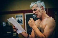 Hinter Szene Berühmte alternative männliche Sängerpraxis, die an singt lizenzfreie stockfotografie