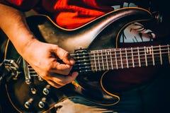 Hinter Szene Gitarristpraxis, die Gitarre in unordentlicher Musik s spielt stockbild