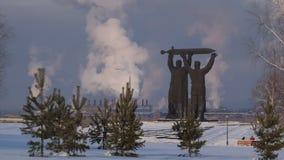 Hinter-vorderes Denkmal in Magnitogorsk-Zeitraffervideo stock footage