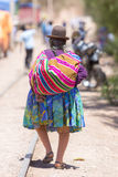 Hintere Ansicht alter Aymara-Frau in Tupiza mit traditioneller Kleidung lizenzfreie stockfotografie