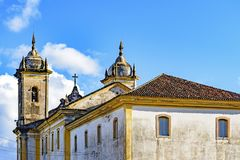 Hintere Ansicht der alten katholischen Kirche des 18. Jahrhunderts stockfotos