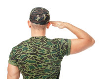 Hintere Ansicht der Armeesoldatbegrüßung Lizenzfreies Stockbild
