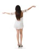 Hintere Ansicht der Asiatin mit weißem kurzem Kleid glauben frei Stockbild