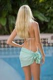 Hintere Ansicht der blonden Frau in bereitstehendem Pool Lizenzfreie Stockbilder