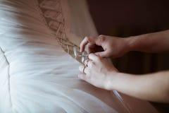 Hintere Ansicht der Braut im Hochzeitskleid Lizenzfreie Stockfotos