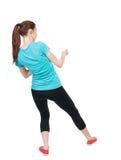 Hintere Ansicht der Frau in der Sportkleidung, die ein Seil von der Spitze zieht oder Stockbilder