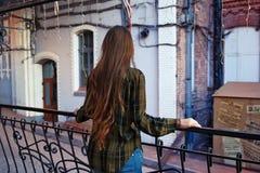 Hintere Ansicht der Frau die Stadt betrachtend Lizenzfreie Stockfotografie