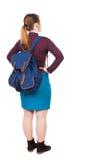 Hintere Ansicht der Frau mit dem Rucksack, der oben schaut Stehendes junges gir Stockfotografie