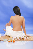 Hintere Ansicht der Frau und tragendes Tuch, die auf dem Boden, lokalisiert sitzt Lizenzfreies Stockbild