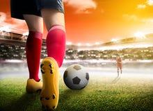 Hintere Ansicht der Fußballspielerfrau, die an den Ball tröpfelt und ihren Gegner beschäftigt lizenzfreie stockbilder