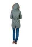 Hintere Ansicht der gehenden Frau in der Winterjacke mit Haube Lizenzfreies Stockfoto