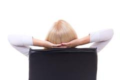 Hintere Ansicht der Geschäftsfrau sitzend auf dem Bürostuhl an lokalisiert Lizenzfreie Stockfotografie