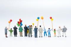Hintere Ansicht der glücklichen Familie der Miniaturleute, Publikum, Zuschauer Lizenzfreie Stockbilder
