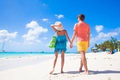 Hintere Ansicht der glücklichen romantischen jungen Paarholding Stockbilder