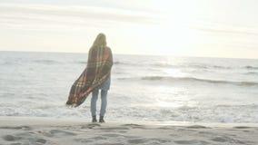 Hintere Ansicht der jungen Frau, die auf Ufer von Meer steht und den Abstand untersucht Einsame Frau genießen den Strand stock video