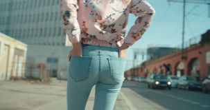 Hintere Ansicht der jungen Frau gehend in die Stadtstraßen Stockbild