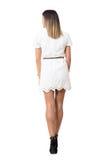 Hintere Ansicht der jungen Frau im weißen Kleid, das weg verlässt und schaut Lizenzfreie Stockfotos
