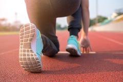 Hintere Ansicht der jungen Frau werden fertig, auf Bahn zu laufen Lizenzfreie Stockfotos