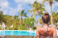 Hintere Ansicht der jungen Schönheit entspannend im Badekurortpool Stockbild